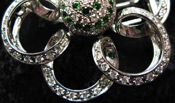 Broche de oro blanco con diamantes y tsavoritas