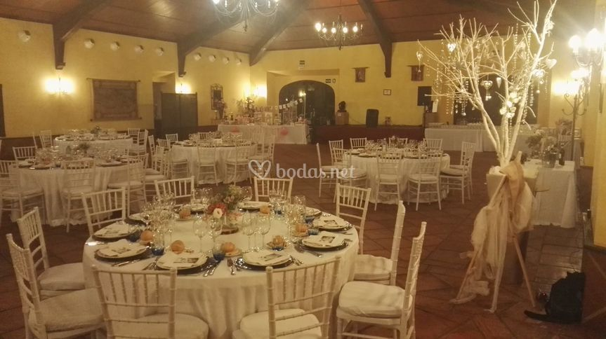 Salón con mantel parís blanco