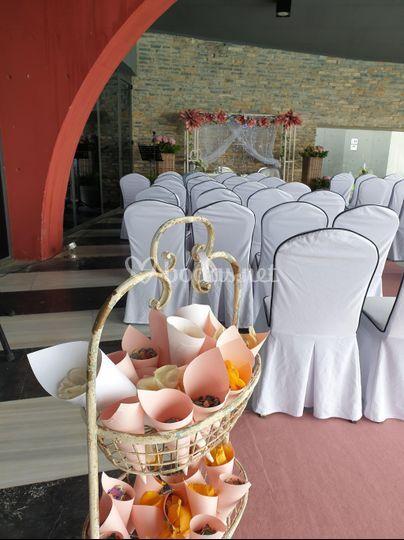 Conos de pétalos en la ceremonia