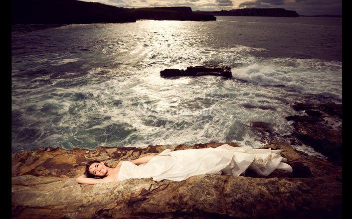 Novia en atardecer en el mar