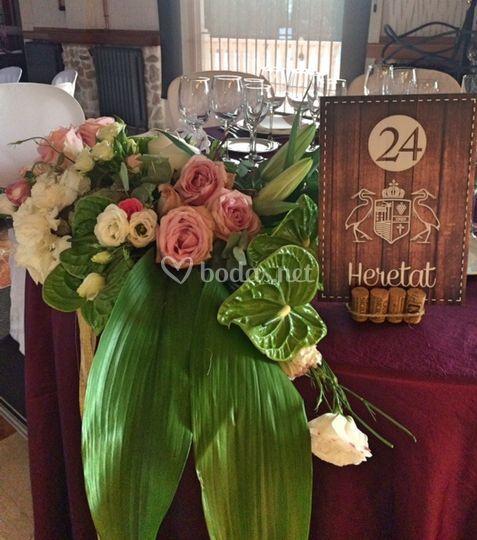 Decoración floral de la mesa de novios