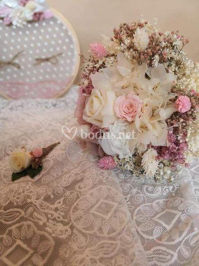Ramo y prendido de flores