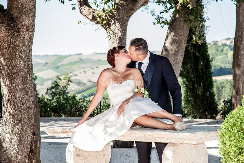 Beso de boda en jardín
