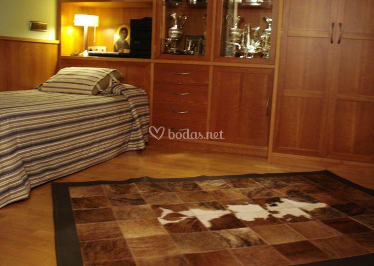Alfombra de cuero. Dormitorio juvenil