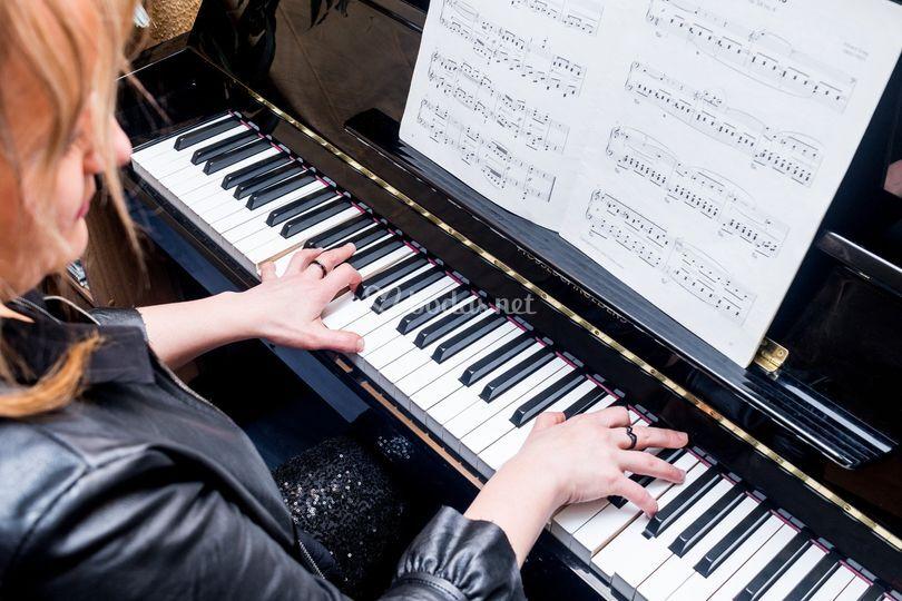 Ali, piano.