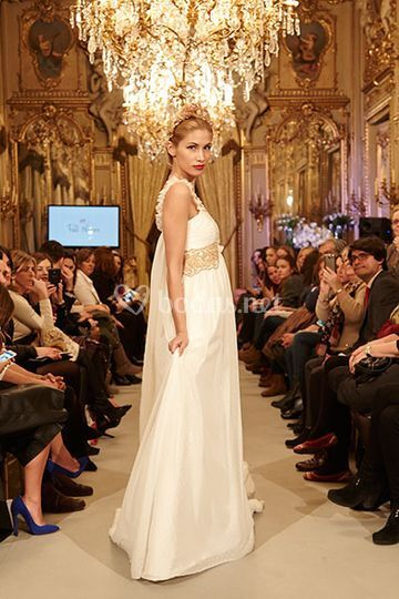 Vestido de novia romántico con pasamanería bordada