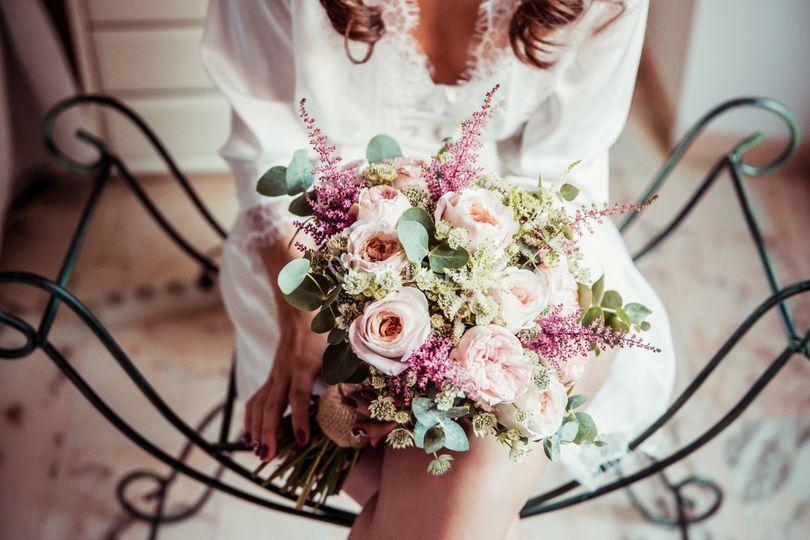 Flores y silla
