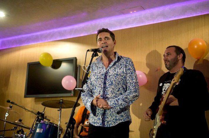 Rafa Cremades cantando como invitado con Los Walkman.