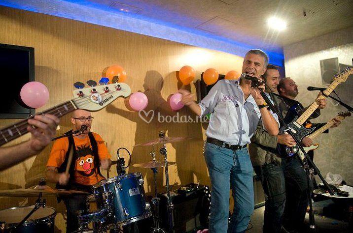 Agutín Bravo cantando como invitado con Los Walkman.