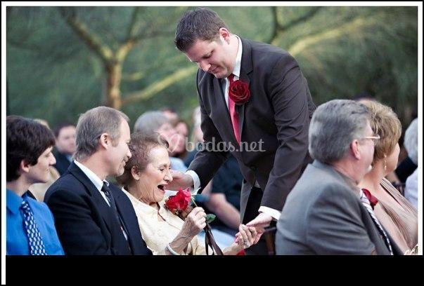 Novio dedicando flor a su abuela