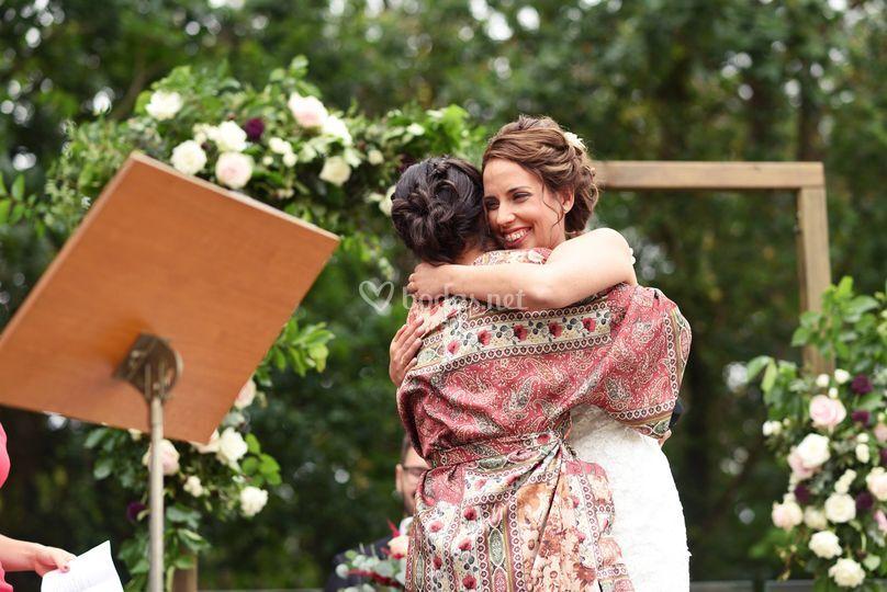 Abrazos en ceremonia