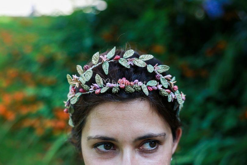 Corona de hojas y flores