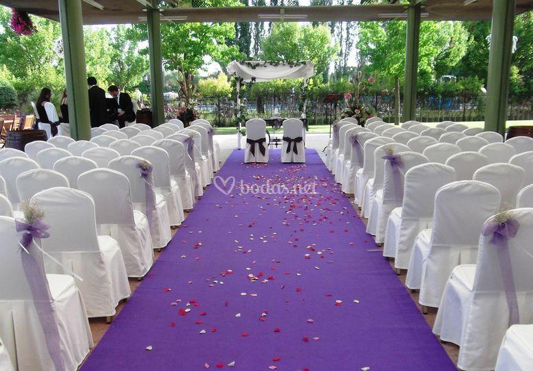 Arco adornado, atril, mesa