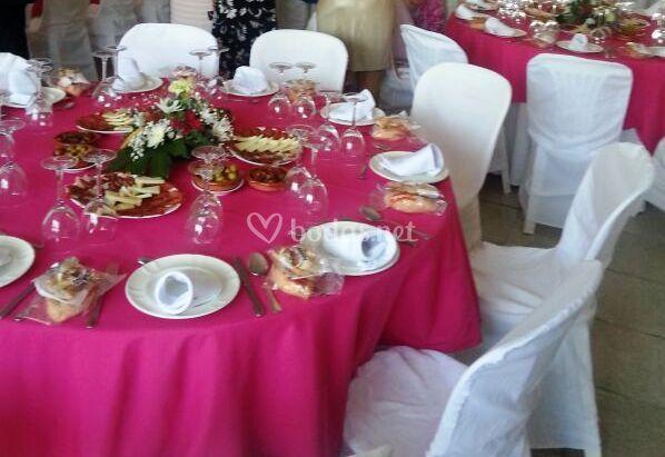 Mesa rosa fucsia y blanco