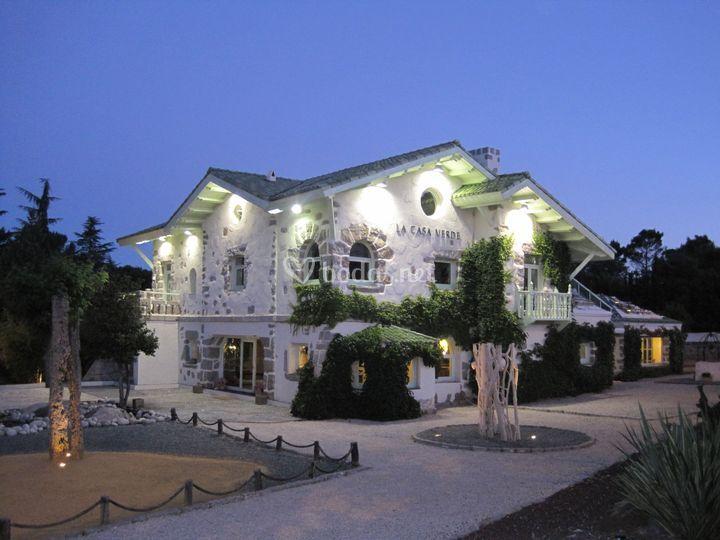 La casa verde exterior noche de La Casa Verde
