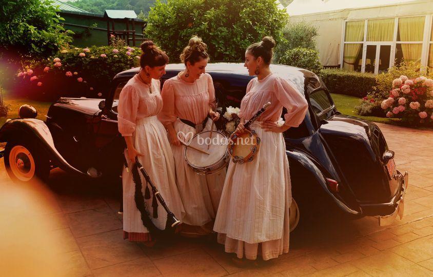 Junto al coche de la novia