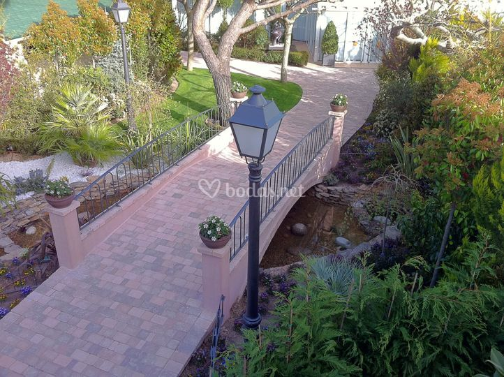 Puente paseo central jardines