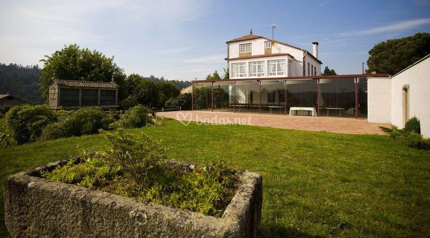 Comedor acristalado con vistas al jardín y terraza