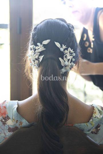 Novia con coleta flor cera