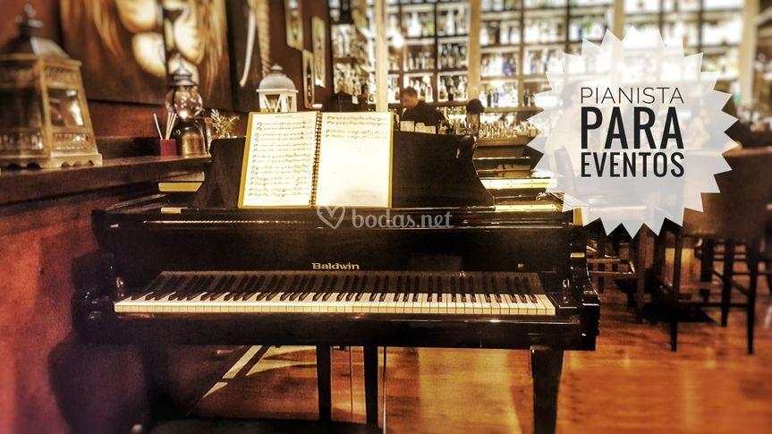 Pianista y piano de cola