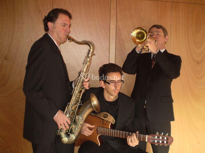 Versión trio con saxo, guitarra y trompeta