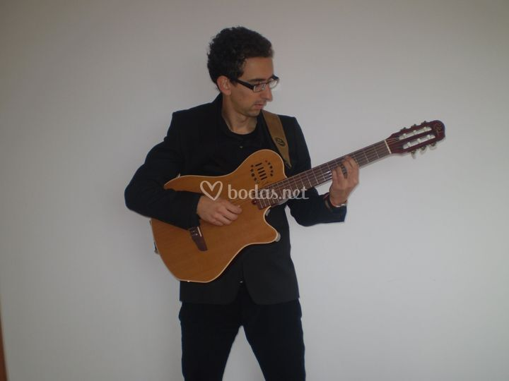 Guitarra electrificada con cuerdas de nylon