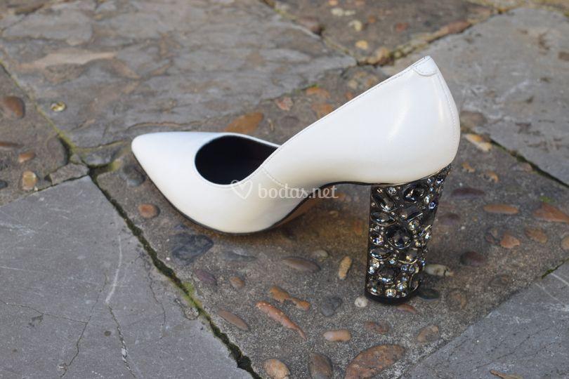 Zapato con tacón de pedrería