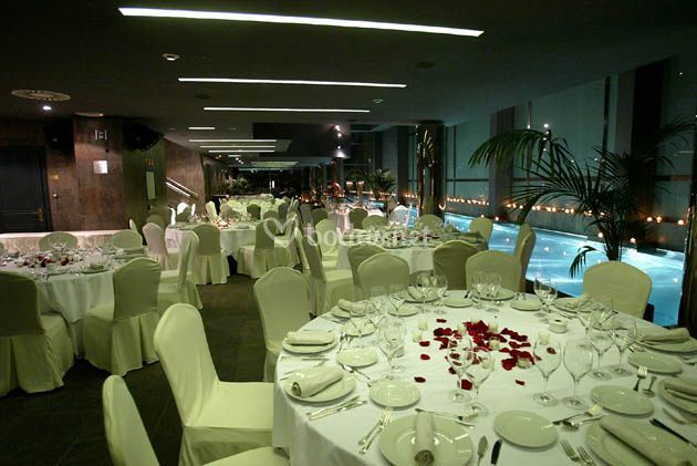 Banquete en zona interior piscina