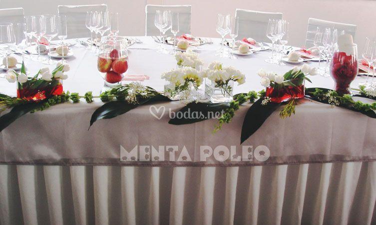 Mesa presidencial decorada con flores