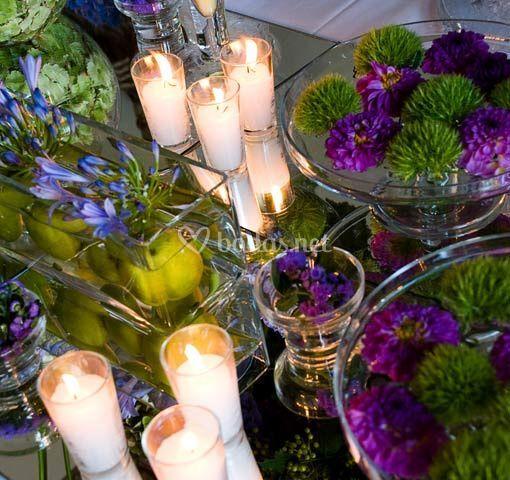 Decoración floral con velas en buffet