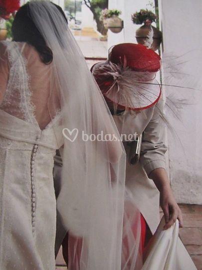Ayudando a la novia con su traje