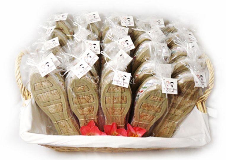 Zapatillas listas para repartir a las invitadas