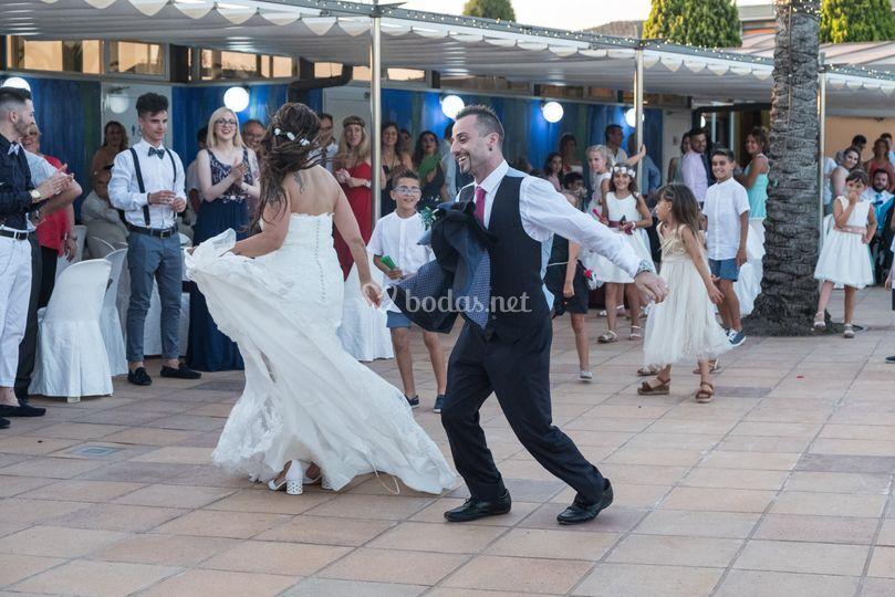 Foto de los novios bailando