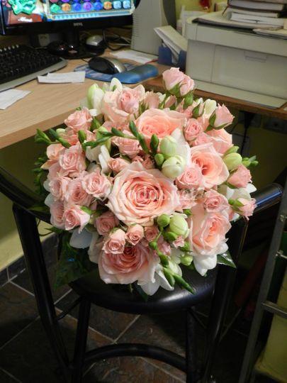 Bouquet de rosas y freesia