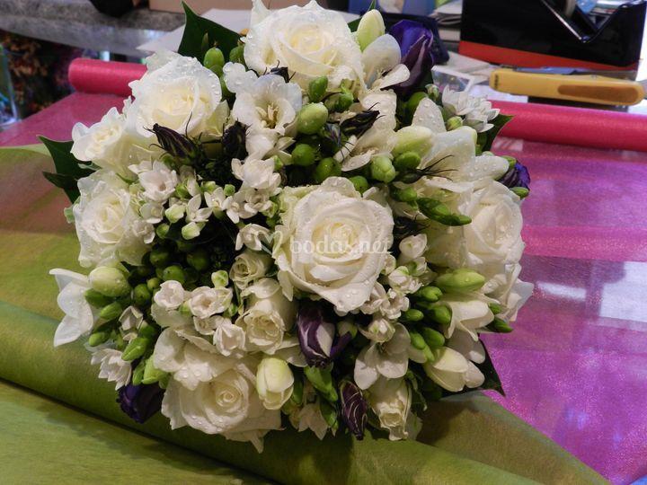 Bouquet rosas,freesia,lisianth