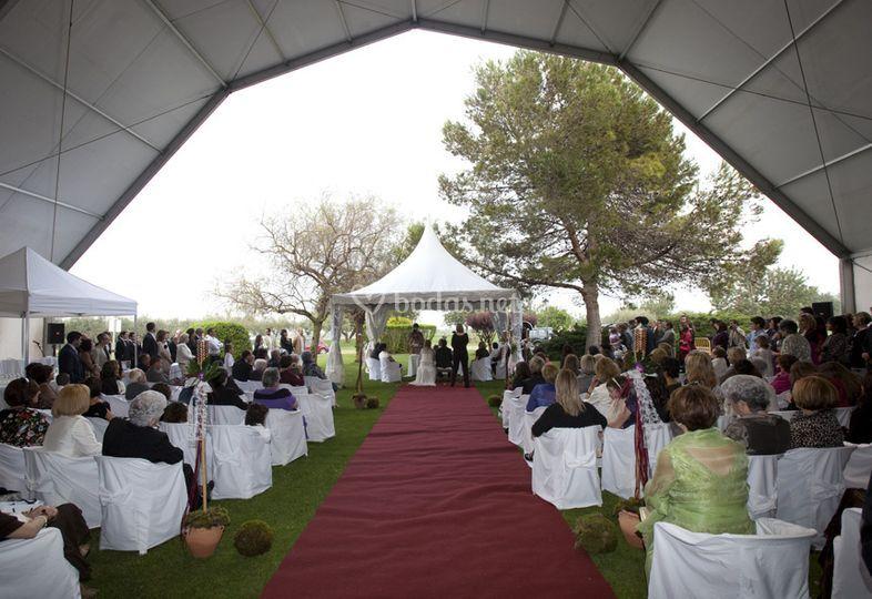 Una ceremonia al aire libre, con una cubierta y una jaima
