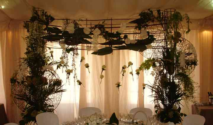 Mesa presidencial con decoración floral