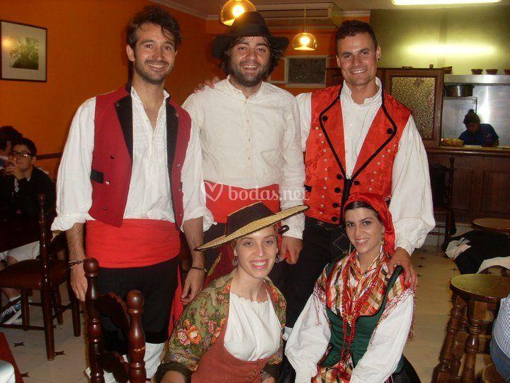 Con trajes tradicionales