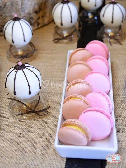 Bolas de bizcocho y macarons