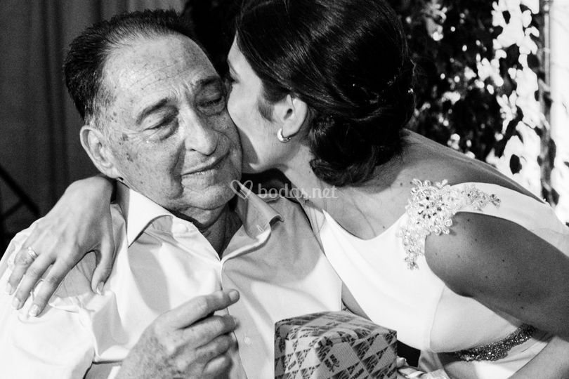Beso novia a padre