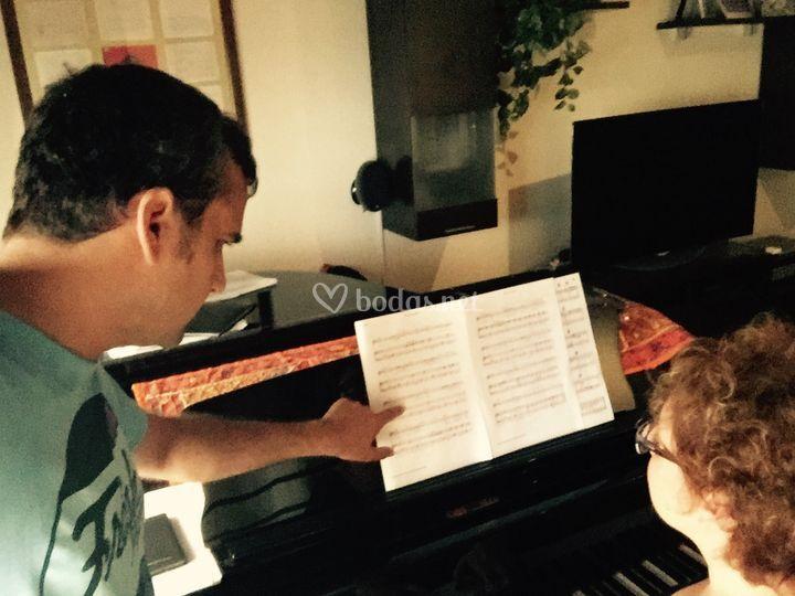 Tenor y piano ensayando
