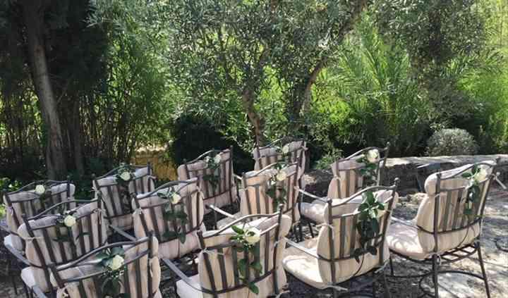 Decoración de las sillas para la ceremonia