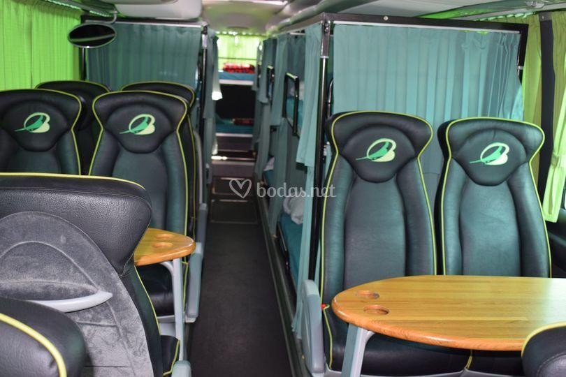 Autobús con mesas