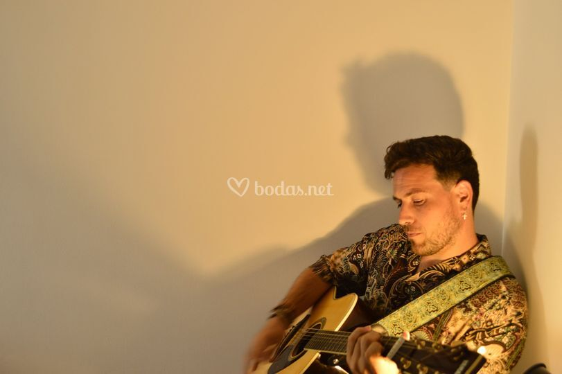 Cantando con su guitarra