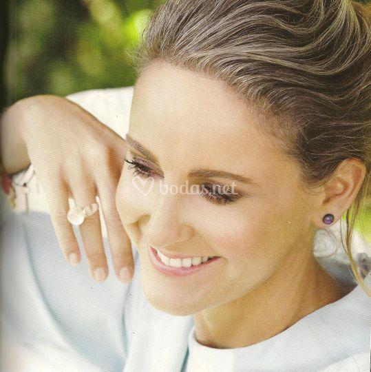 Carla con pendientes y anillos