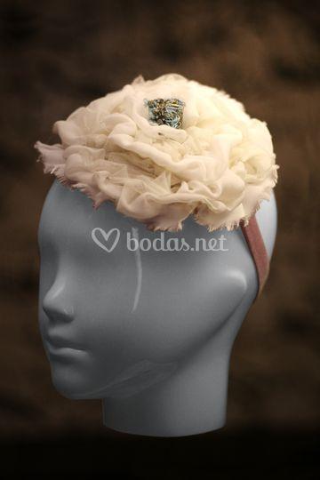 Flor beige, en georgette de seda