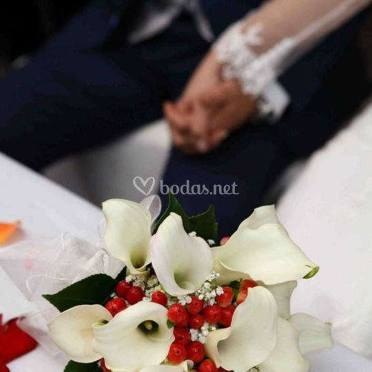 Bouquet de calas e hypericum