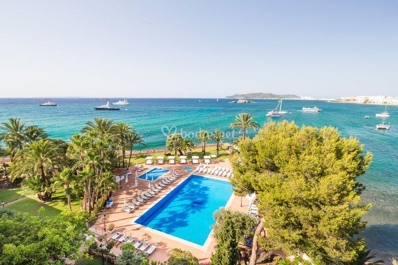 Vista jardín y piscina de Hotel THB Los Molinos