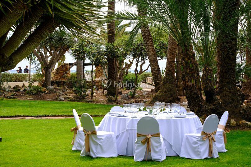 Mesa para banquete en el jardín