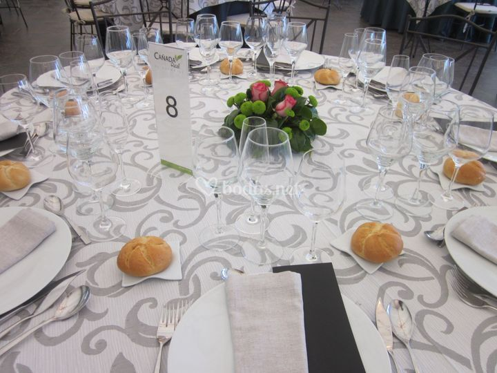 Montaje mesa decoración floral